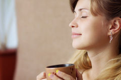 dricka flicka för härligt underlagkaffe Arkivbild