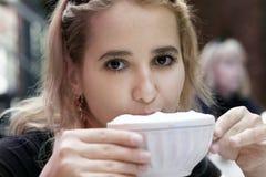 dricka flicka för kaffe Royaltyfria Bilder