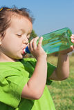 dricka flicka little vatten Royaltyfri Fotografi