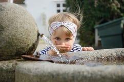 dricka flicka little vatten Royaltyfri Bild