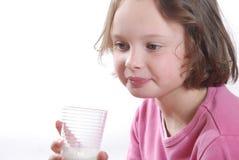 dricka flickaexponeringsglas mjölkar Arkivbild