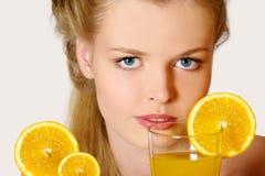 dricka flickafruktsaft Royaltyfri Bild