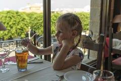 dricka flickafruktsaft fotografering för bildbyråer