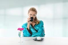 dricka flickamorgon för kaffe Royaltyfria Foton
