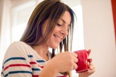 dricka flickamorgon för kaffe Royaltyfri Bild