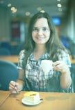 dricka flickamorgon för kaffe Arkivbild