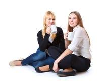 dricka flickatea tonårs- två Fotografering för Bildbyråer