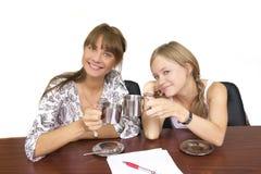 dricka flickor för kaffe Fotografering för Bildbyråer