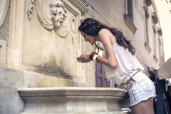 Dricka från en springbrunn Royaltyfria Foton