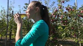 Dricka fruktsaft för kvinna arkivfilmer