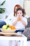 Dricka fruktsaft för liten flicka Arkivbilder