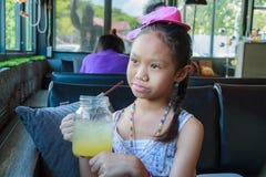 Dricka fruktsaft för ung flicka Royaltyfri Foto