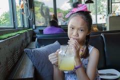 Dricka fruktsaft för ung flicka Arkivfoto