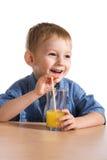 dricka fruktsaft för pojke Arkivbild