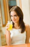 dricka fruktsaftorangekvinna royaltyfri bild