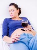 dricka gravid kvinna för alkohol Royaltyfri Foto