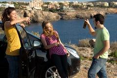 dricka grupptonår för alkohol Arkivbilder
