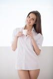 Dricka hennes morgonkaffe. Fotografering för Bildbyråer