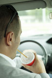 Dricka i bilen Royaltyfri Foto