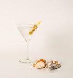 Dricka i martini exponeringsglas, den martini drinken med gröna oliv, seashel Arkivfoto