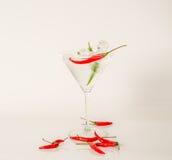 Dricka i martini exponeringsglas, den martini drinken med rött och paprika, Royaltyfria Bilder