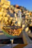 Dricka i Santorini Arkivbild