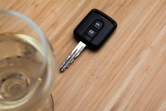 Dricka körnings-, alkoholdryck- och biltangenter på tabellen royaltyfria bilder