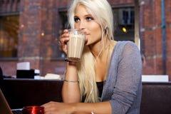 Dricka kaffe Royaltyfria Bilder