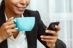 Dricka kaffe för affärskvinna Royaltyfri Foto