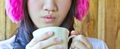 Dricka kaffe för asiatisk kvinna Royaltyfri Foto