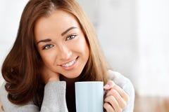 Dricka kaffe för attraktiv ung kvinna hemma Arkivbild