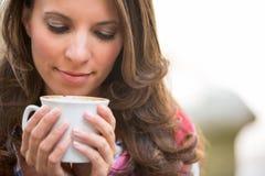Dricka kaffe för kvinna Royaltyfri Fotografi