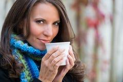 Dricka kaffe för kvinna Arkivbild