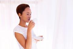 Dricka kaffe för kvinna Arkivfoto
