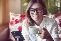 Dricka kaffe för kvinna Royaltyfri Foto