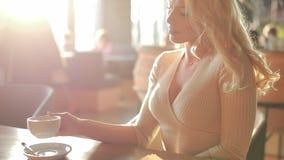 Dricka kaffe f?r sexig kvinna lager videofilmer
