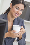 Dricka kaffe för kvinnaaffärskvinna i regeringsställning Arkivfoto