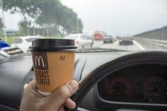 Dricka kaffe på trafikstockning Arkivbild
