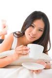 Dricka kaffe på underlag Fotografering för Bildbyråer