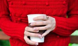Dricka kaffe utomhus Royaltyfria Foton