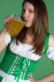 dricka kvinna för öl Arkivfoto