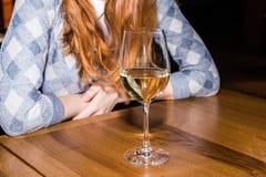 dricka kvinna för alkohol Fotografering för Bildbyråer