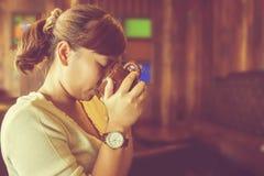 dricka kvinna för asiatiskt kaffe Arkivbilder