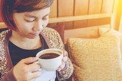 dricka kvinna för cafekaffe Arkivfoton