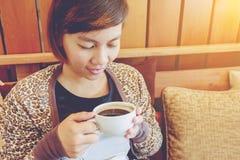 dricka kvinna för cafekaffe Arkivfoto