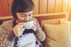 dricka kvinna för cafekaffe Fotografering för Bildbyråer