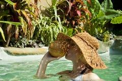 dricka kvinna för härlig kokosnöt Arkivbilder
