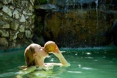 dricka kvinna för härlig kokosnöt Royaltyfri Bild