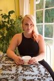 dricka kvinna för härligt blont kaffe royaltyfria foton
