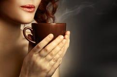 dricka kvinna för härligt kaffe Arkivfoto